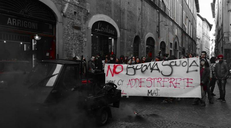 """Studenti in corteo contro l'alternanza scuola-lavoro: """"è sfruttamento"""""""