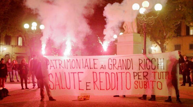 """In piazza a Lucca la rabbia di lavoratori e disoccupati: """"Vogliamo una patrimoniale sui grandi ricchi"""""""